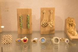 צילום של תכשיטים טבעות ועגילים בגלריית אורית קוטאי