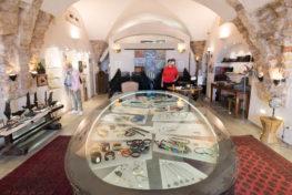 אורית קוטאי- תמונה של מבקרים בגלרייה
