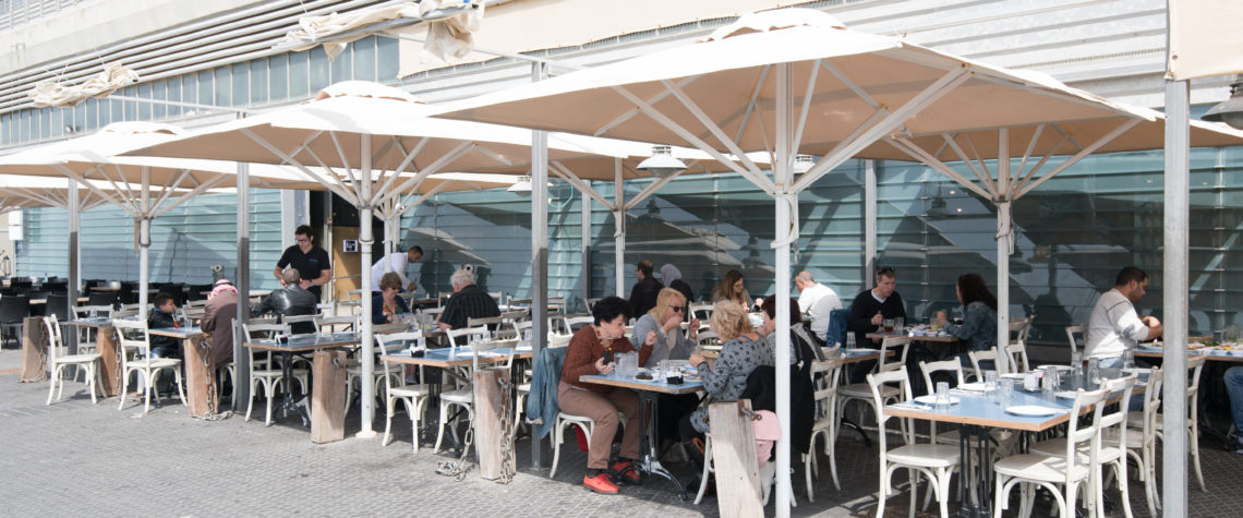 אנשים סועדים במסעדת הזקן והים