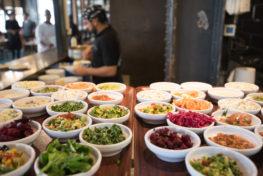 פלטות סלטים מגוונת במסעדת הזקן והים