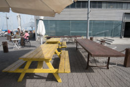 עמדות ישיבה מחוץ למסעדת לאביט