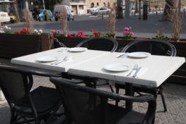 תמונה של שולחן במסעדת הדייגים הכשרה
