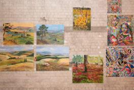 קיר עם תמונות בסלון יפו לאומנות