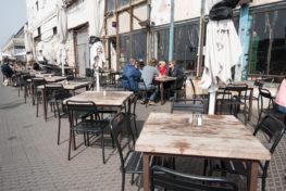 פינות ישיבה מחוץ לקונטיינר בנמל יפו