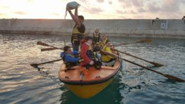 ילדים שטים בסירה - צופי ים יפו