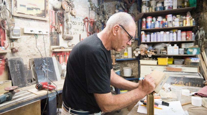 האמן מוטי נטף עובד בסטודיו