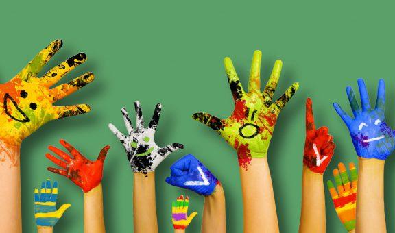תמונה של ידיים של ילדים מלוכלכות בצבע