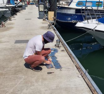 רגע הורדת כלי הניסוי לתוך מי המרינה בנמל
