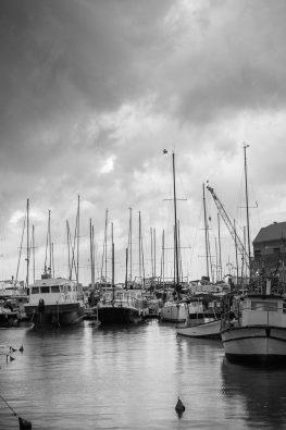 צילום שחור לבן של הנמל מתוך התערוכה